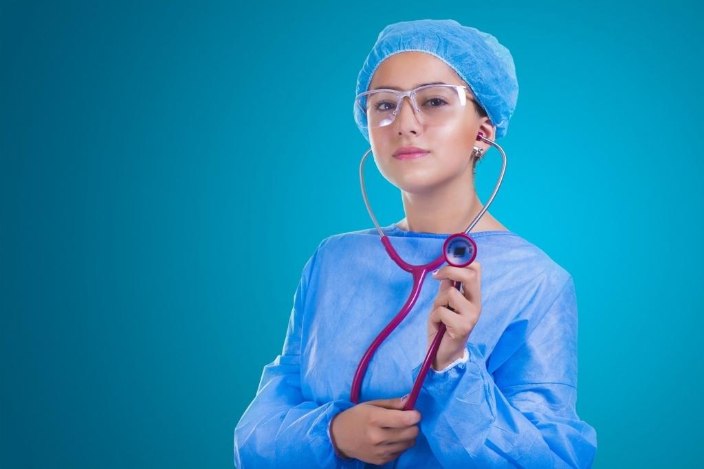 白衣を着て補聴器を持った看護婦さん