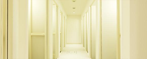 広くて清潔なシャワー室