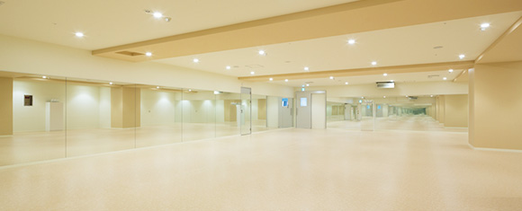カルド吉祥寺店の開放的なホットヨガスタジオ