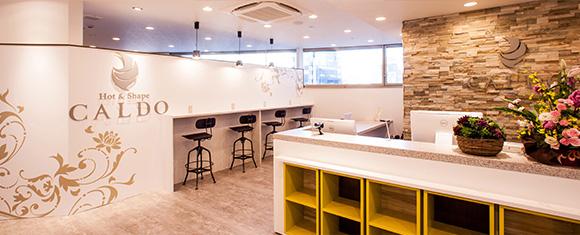 カルド八王子店のカフェ風インテリアのフロント