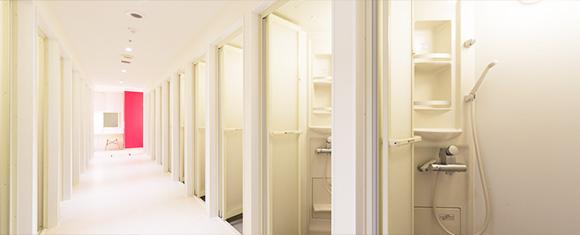 カルド琴似店の白とピンクで統一されたシャワーブース