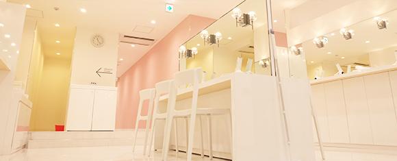 カルド琴似店のピンクと白で統一されたロッカールーム