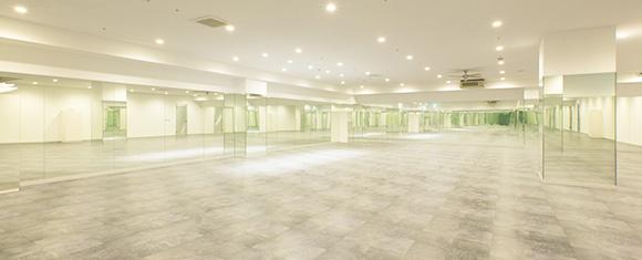 鏡張りの80人は入れる広いホットヨガスタジオ
