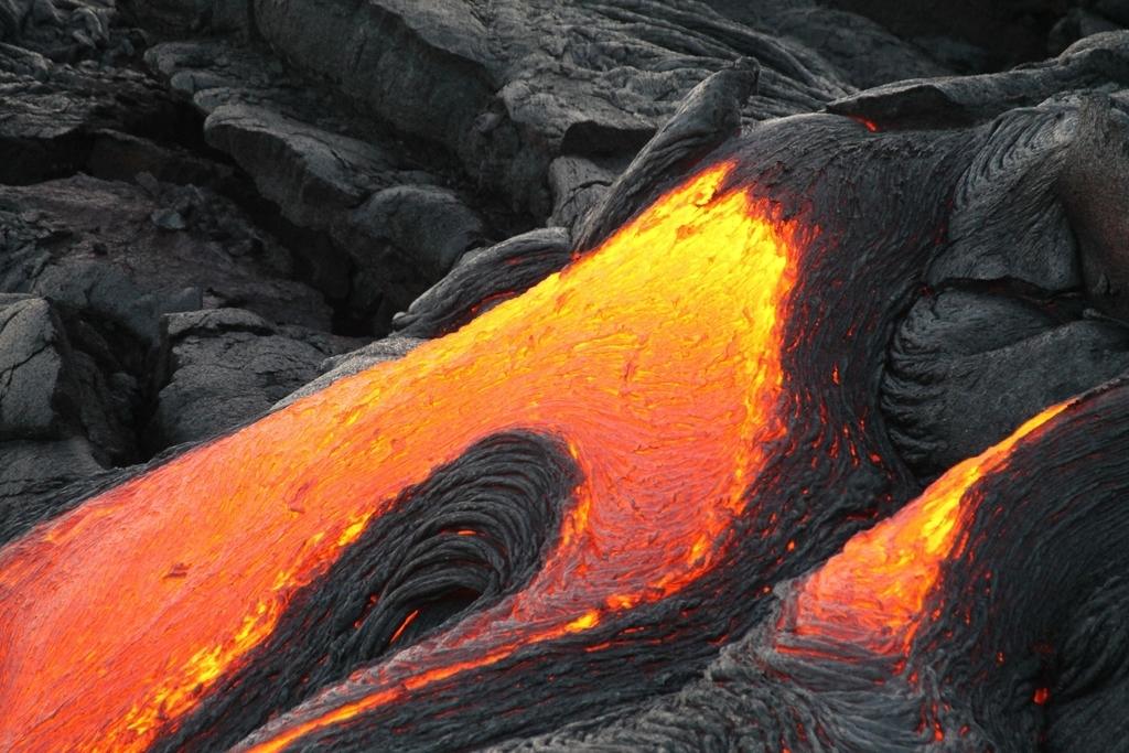 マグマが固まって溶岩石が作られているところ