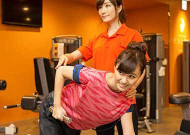 加圧専門スタッフとマンツーマンでトレーニングしている女の子