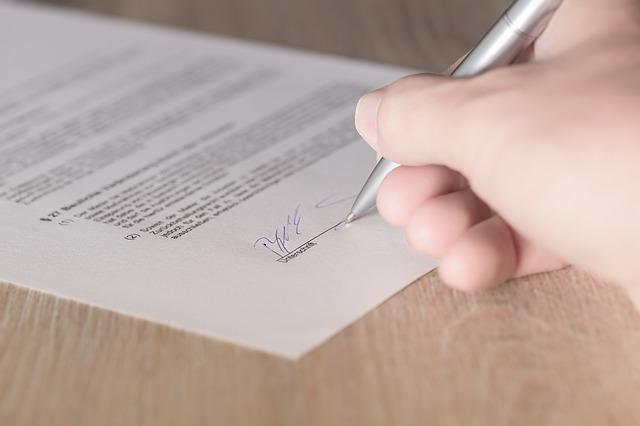 契約書へサインしている